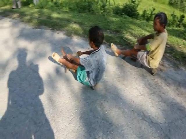 Trờ chơi trượt xe cút kít của trẻ em ở Sa Pa