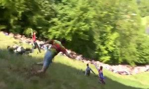 Cuộc đua chạy theo thanh pho mát trên đồi dốc Cooper