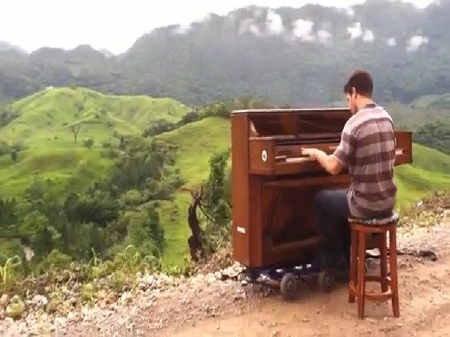Dotan Negrin chơi piano ở Guatemala