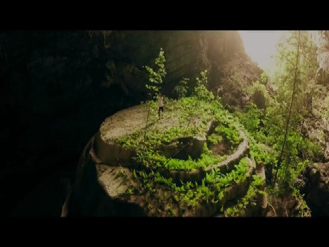 Chàng trai kéo violon giữa hang Tiên
