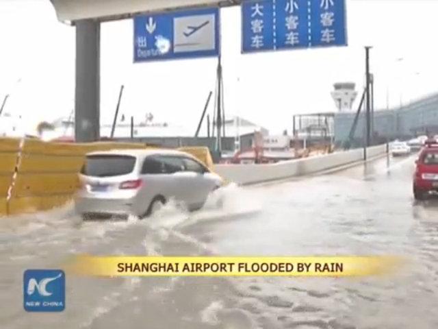 Mưa lớn gây ngập nước sân bay ở Thượng Hải