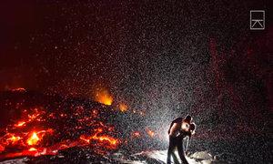 Nụ hôn nóng bỏng nhất thế giới trên đỉnh núi lửa Kalapana