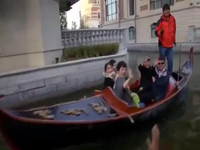 Du khách đi thuyền gondola ở Đại Liên