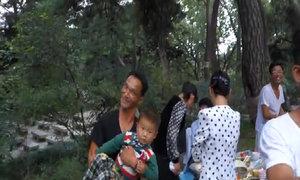 Người dân Triều Tiên và du khách cùng múa hát