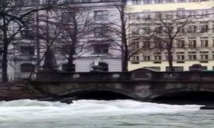 'Sóng biển' trên mặt kênh trung tâm thành phố Munich