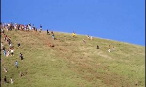 Trượt dốc bằng thân chuối trên đảo Phục Sinh