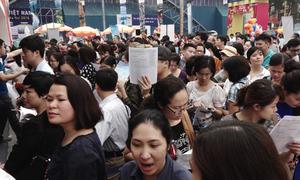 Hàng trăm người xếp hàng mua vé máy bay giá rẻ