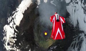 Nhảy dù trên miệng núi lửa hoạt động mạnh ở Nam Mỹ