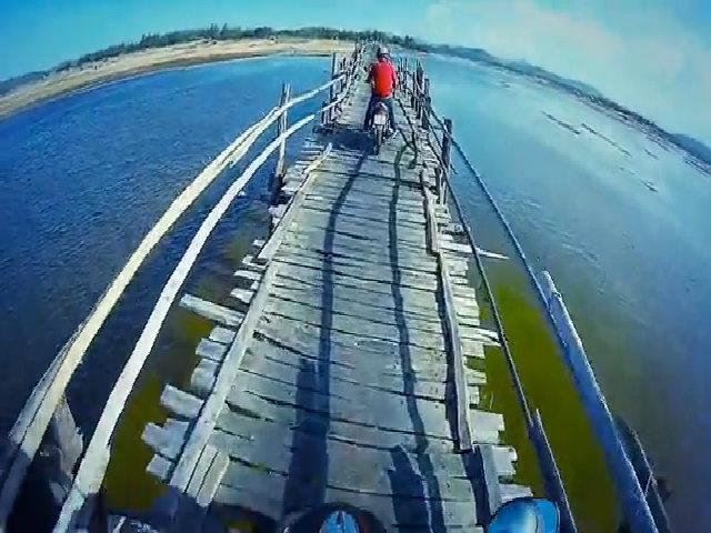 Đi xe máy qua cầu gỗ Ông Cọp
