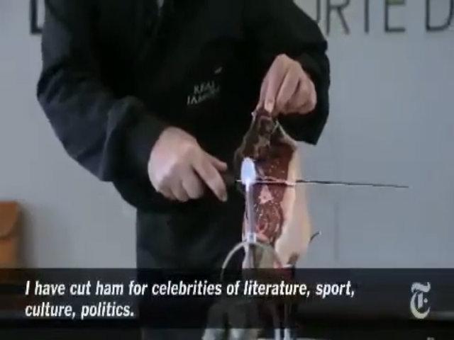 Người đàn ông thái một chiếc đùi lợn muối được trả 4.000 USD