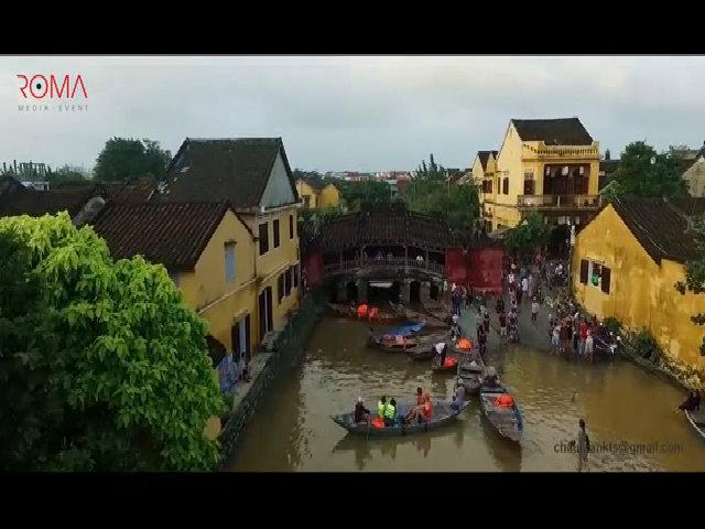 Hội An chìm trong biển lũ, du khách bì bõm lội trên đường