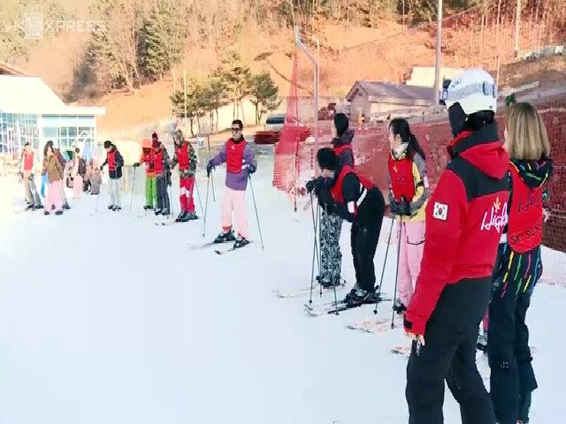 Du khách Việt học trượt tuyết tại Hàn Quốc