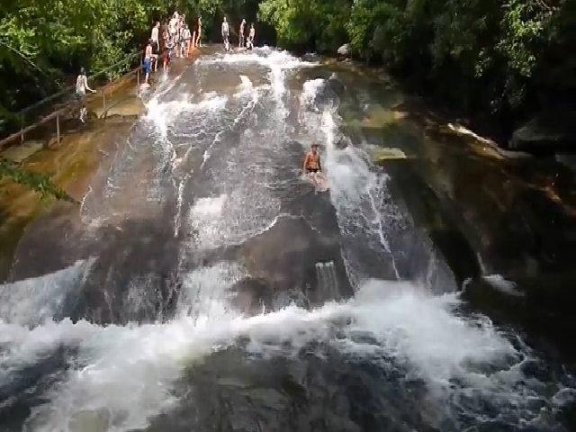 Máng trượt tự nhiên bên sườn núi hút khách ở Mỹ