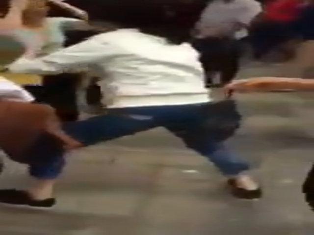Cô gái đánh ngã bà cụ chỉ vì bị giẫm vào chân