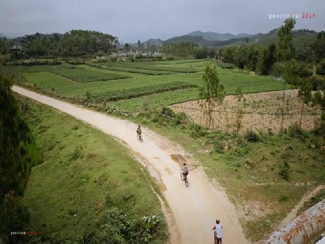 Khách Tây đạp xe khám phá Phong Nha