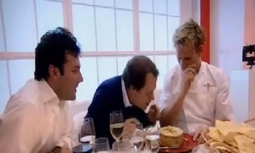 Đầu bếp Gordon Ramsay ăn phomat giòi