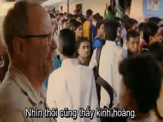 Phóng viên BBC sửng sốt chứng kiến đám đông chen lên tàu Ấn Độ