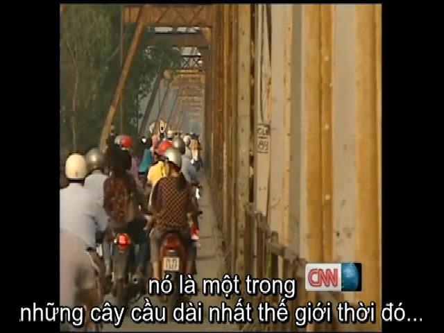 Phóng viên CNN đi xe ôm trên cầu Long Biên