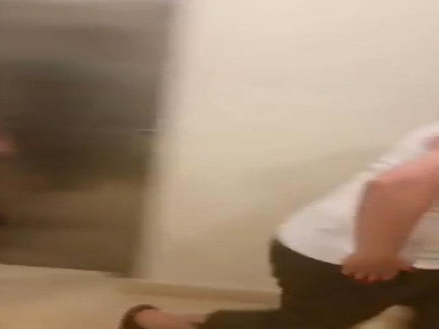 Khách dọa giết nhân viên khách sạn vì con kẹt trong thang máy