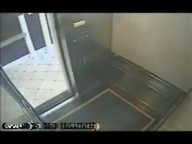 Hành động kỳ lạ của cô gái trong thang máy
