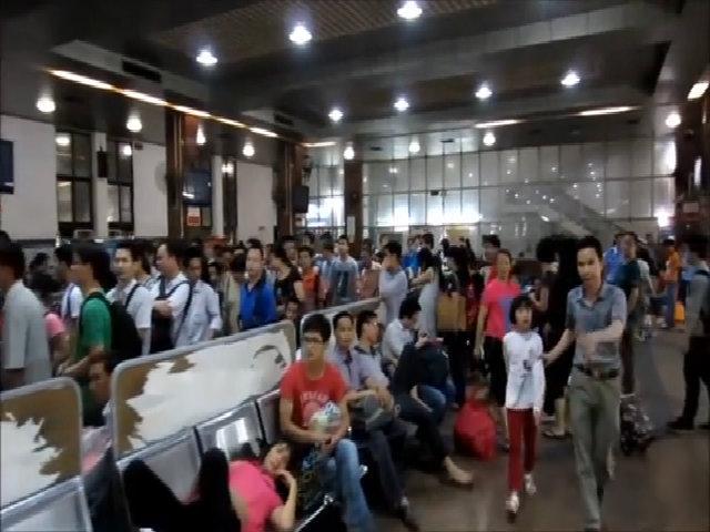 Khách Tây ví đi tàu hỏa Trung Quốc như vào đấu trường sinh tử