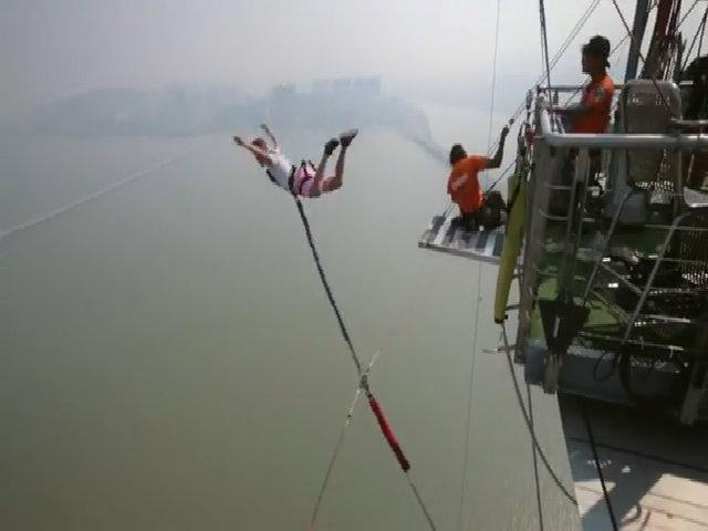 Nhảy bungee ở tòa tháp Macau