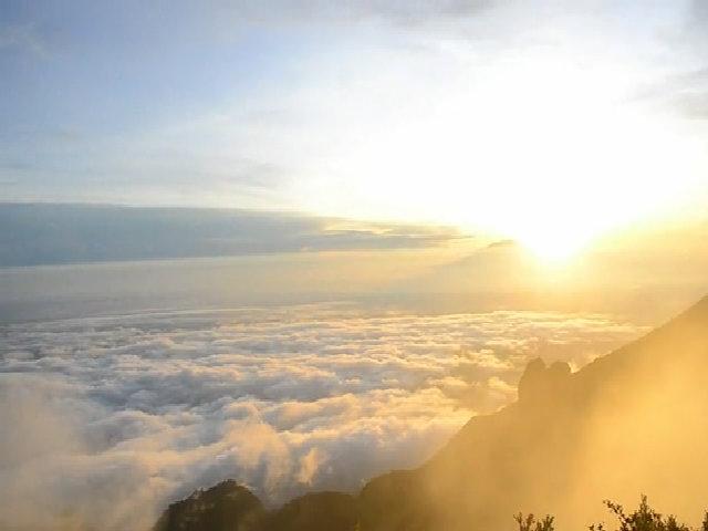 Bình minh trên núi lửa Merapi ở Indonesia