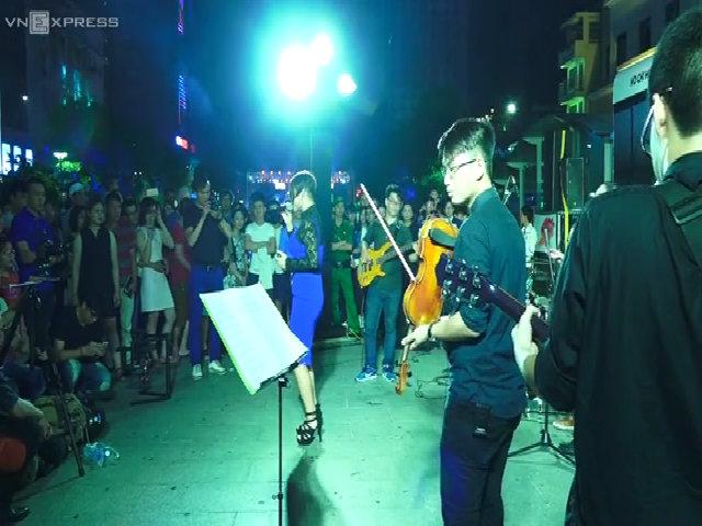 Phố đi bộ Nguyễn Huệ thành sân khấu trình diễn âm nhạc dịp cuối tuần