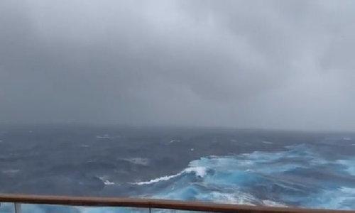Khung cảnh đáng sợ của cơn bão tại tam giác quỷ Bermuda