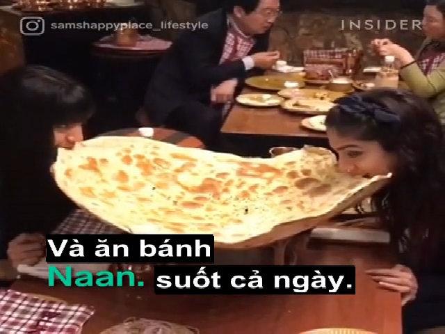 Ngập miệng với bánh mì naan to bằng cái mâm tại Ấn Độ