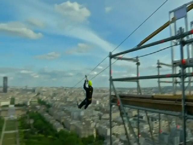 Du khách đu zipline từ tháp Eiffel