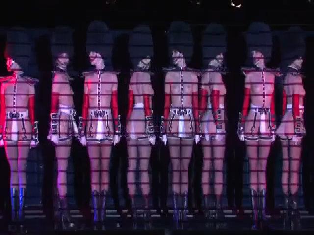 Le Crazy - show diễn ngực trần khiến tất cả đàn ông phát điên