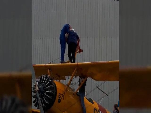Cụ bà 88 tuổi lập kỷ lục với thú đi bộ trên cánh máy bay