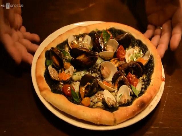 Món pizza hải sản dát vàng hút khách ở Singapore