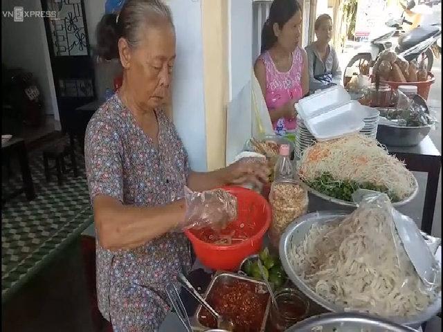 Quán mít trộn 'bà già' 30 năm luôn đông khách ở Đà Nẵng