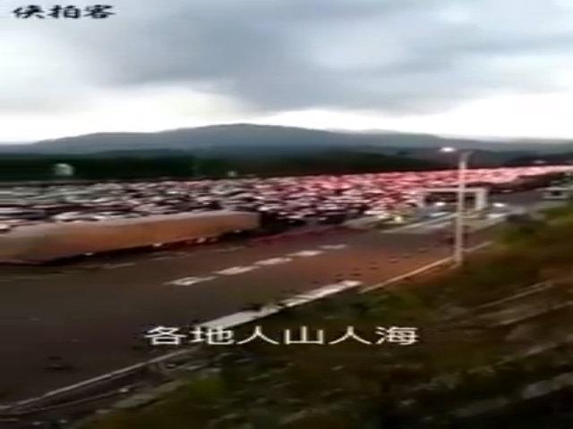 Công nhân Trung Quốc đu dây, nhặt gần một tấn rác mỗi ngày
