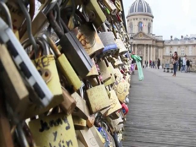 Du khách ký tên lên cầu kính thể hiện tình yêu ở Paris