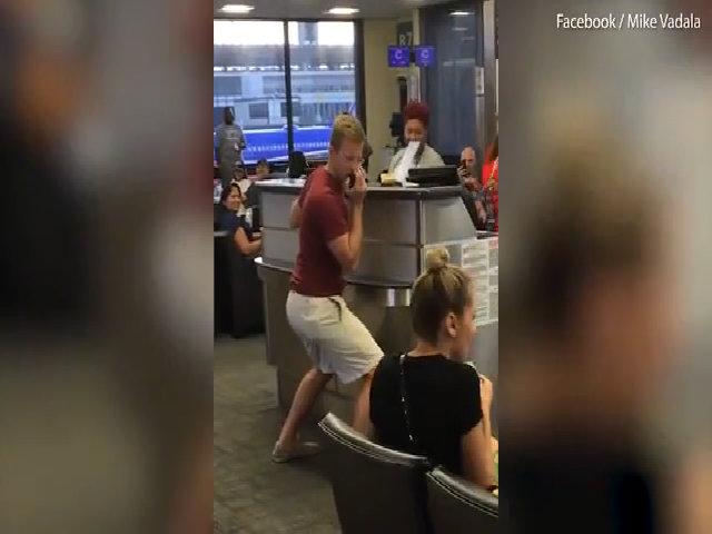 Hành khách biến sân bay thành phòng karaoke vì trễ chuyến
