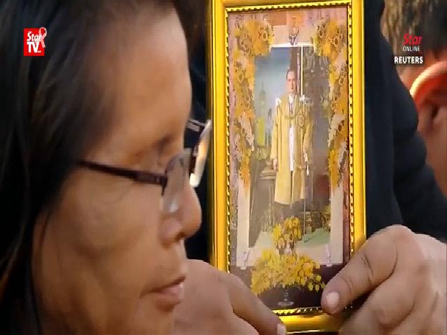 Du khách hòa vào dòng người tiễn biệt Quốc vương Thái Lan