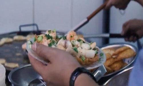 Khách tây khám phá 6 món ăn đường phố Sài Gòn