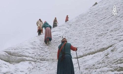Những nhà leo núi mặc váy ở Bolivia