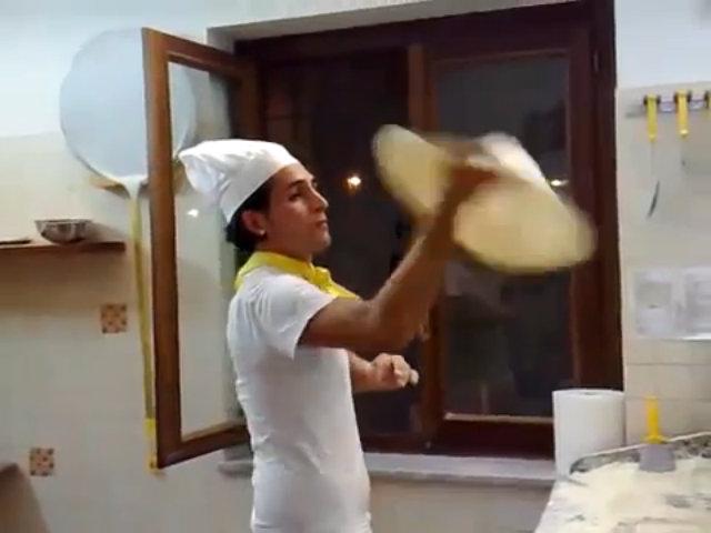 Nghệ thuật 'múa bột' làm bánh pizza ở Italy