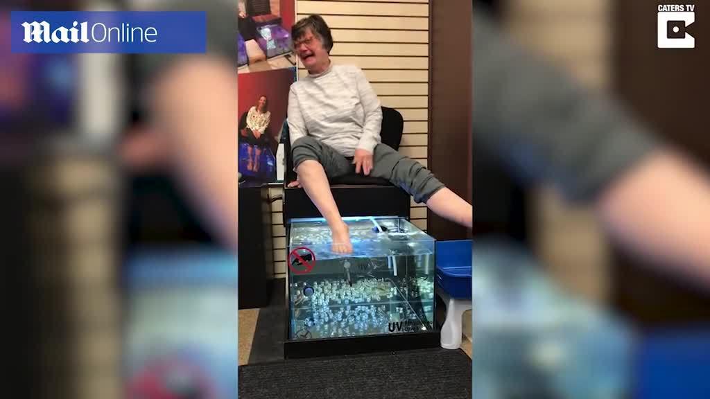 Lần đầu massage chân bằng cá rỉa, cụ bà cười náo loạn cả spa