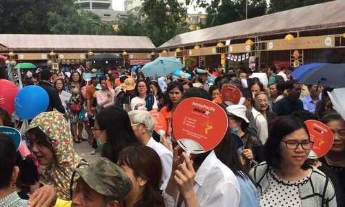 Người Hà Nội xếp hàng 3 tiếng đợi bốc thăm trúng vé 0 đồng