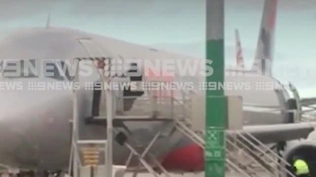 Hành khách cố tình giật cửa máy bay đòi lên dù tới muộn