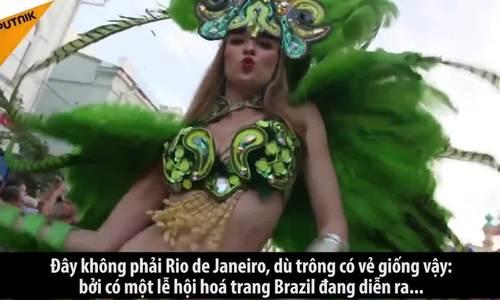 Những cô gái Brazil nóng bỏng khuấy động đường phố Nga