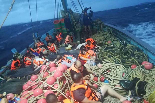 Hai tàu chở hơn 100 khách lật úp ngoài khơi đảo Phuket