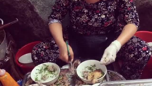 Quán bún ngan 'chửi khách như hát' vẫn đông đúc ở Hà Nội