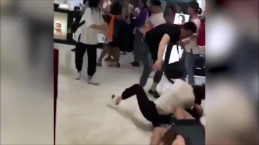 Khách Trung Quốc đánh nhau để giành mỹ phẩm ở Hàn Quốc