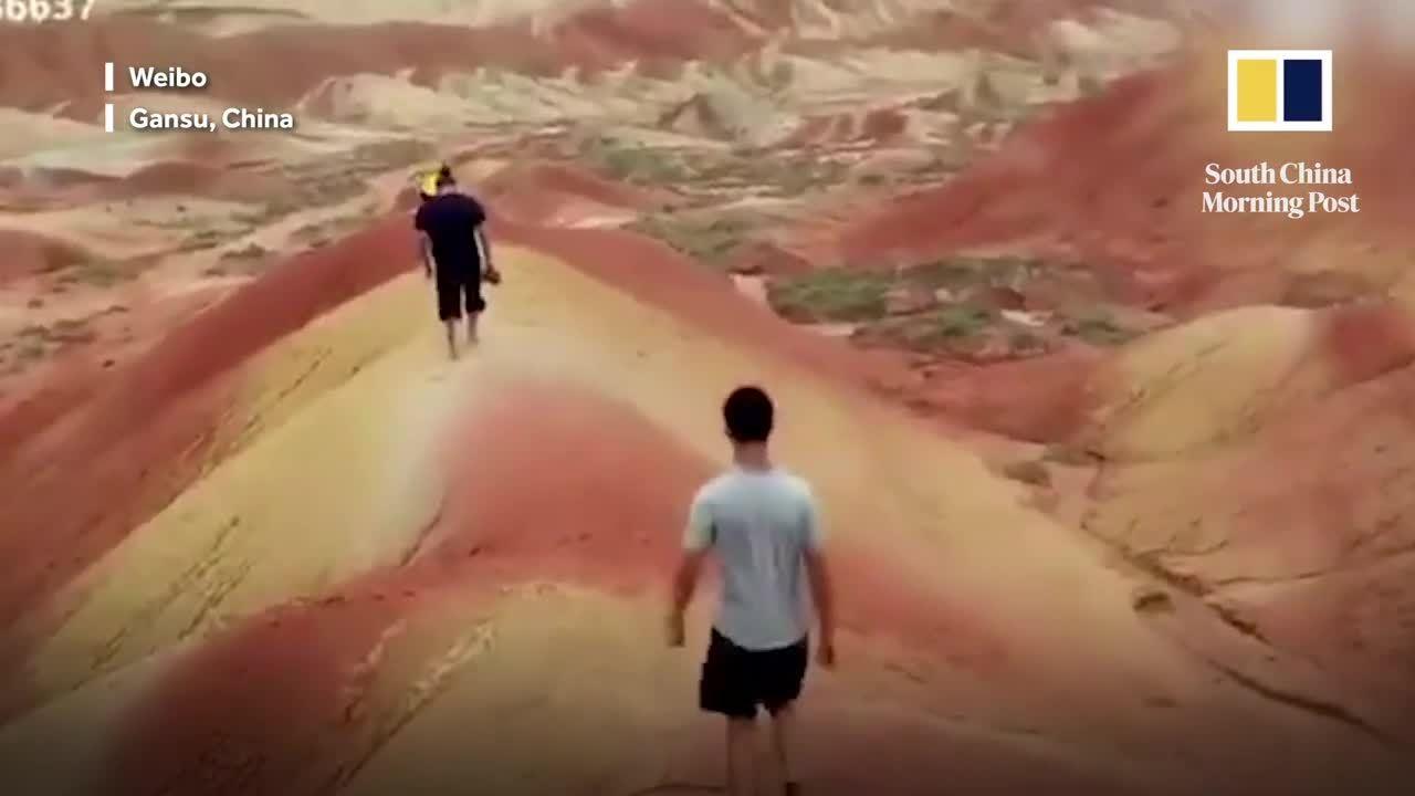 Du khách bị truy lùng vì phá hoại núi cổ ở Trung Quốc